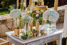 Διακόσμηση γάμου με χρυσό και λευκές ορτανσίες, γυψοφύλη ρομαντικά τριαντάφυλλα και παχύφυτα See Full Post Photography by Capture Moments