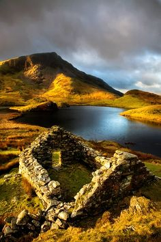 Totaly Outdoors: Ancient Ruins, Llyn Dwyarchen, North Wales
