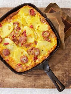 This Portuguese sausage frittata calls for eggs chorizo or chouri o Portuguese pork sausage with garlic onions and potatoes Serve it for breakfast late supper or cold as a snack Portuguese Sausage, Portuguese Recipes, Portuguese Food, Portuguese Wedding, Sausage Recipes, Cooking Recipes, Skillet Recipes, Steak Recipes, Sausage Frittata