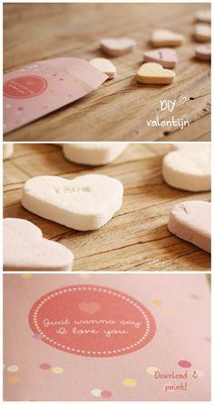 Valentijnsdag: Een klein gebaar is al genoeg. Download dit schattige kleine cadeauzakje voor je Valentijn en vul het met iets lekkers en iets liefs