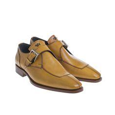 Maatschoenen van Duyf worden volledig met de hand gemaakt. Nadat uw voeten nauwkeurig zijn opgemeten, wordt er naar uw wens een ontwerp getekend.