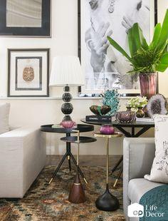 Apostar em objetos e móveis de materiais nobres é uma boa maneira de deixar a decoração mais chique, sabia? Nessa composição, os vasos e o abajur de Murano formam uma dupla perfeita com as peças de madeira escura e detalhes metalizados