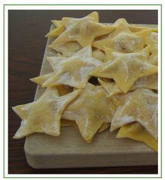 Stelle di speck, provola e patate Raw Food Recipes, Brunch Recipes, Pasta Recipes, Italian Recipes, Cooking Recipes, Tortellini, Pasta Art, Pasta Maker, Xmas Food