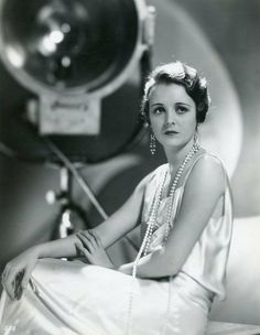 Mary Astor in a publicity photo in a 1931 issue of the Argentinean Cinelandia magazine Mary Astor, Old Hollywood, Hollywood Actresses, Classic Hollywood, Classic Actresses, Great Movies, Vintage Pictures, American Actress, Vintage Ladies