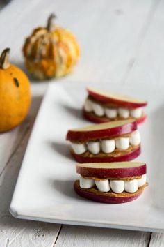 Halloween-hampaat syntyvät omenalohkoista, vaahtokarkeista ja maapähkinävoista. Helppoa ja hauskaa!