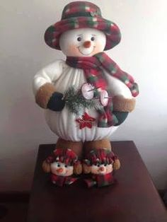 hoe maak je geinige sneeuwpoppen How to make cute snowman dolls with winter hats step by step DIY tutorial instructions I like knit snowman that can stick around even after the holidays are over. This knit snowman could be an ideal holiday project for you Christmas Sewing, Felt Christmas, Christmas Snowman, All Things Christmas, Handmade Christmas, Merry Christmas, Christmas Ornaments, Google Christmas, Christmas Holidays