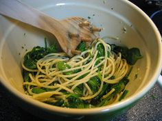 Spaghetti with spinach and garlic. I have a new found love for spinach! Veggie Recipes, Healthy Dinner Recipes, Pasta Recipes, Snack Recipes, Cooking Recipes, Yummy Recipes, Spaghetti With Spinach, Spinach Pasta, Garlic Spinach