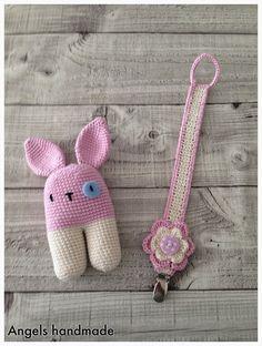 Vorige week maakte ik een leuk setje van een konijnen rammelaar en een speenkoord. Ik vind de rammelaar echt super schattig geworden! ... Crochet Bib, Crochet Bunny, Crochet Home, Crochet Gifts, Crochet For Kids, Baby Blanket Crochet, Crochet Animals, Amigurumi Patterns, Crochet Patterns