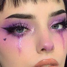 Lila glitter-augen-make-up mit geflügelten liner. Phoria make-up-inspo Edgy Makeup, Makeup Eye Looks, Dark Makeup, Eye Makeup Art, Smokey Eye Makeup, Makeup Inspo, Makeup Eyes, Eye Art, Purple Makeup Looks