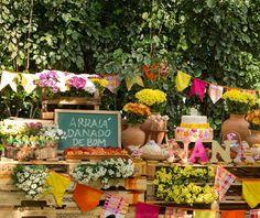 Decoração de Festa Junina - Arraial - Bandeirolas - Paletes - Flores do Campo