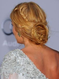 This hairstyle is featured by much volume and causal style tips. The tops and side parts are styled with extra volume and create a slightly pinkish look. The natural styling is wavy with a foreground part that creates gently draping sides to frame the face. With the hair allowed to flow free, the hairstyle looks …