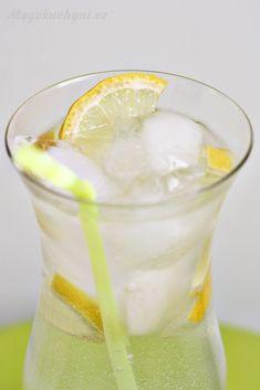 Domácí citronový sirup - Meg v kuchyni Hurricane Glass, Fun Drinks, Glass Of Milk, Pudding, Tableware, Med, Desserts, Lemon, Syrup