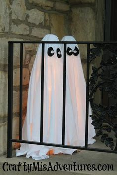 DIY Tomato Cage Ghosts - Outdoor Halloween Decorations Adorable