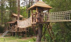 Touwbrug tussen boomhutten hoogteparcours jochem bruggink