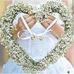 Procurando uma forma linda de levar as alianças ao altar? Se inspirem nessa girlanda de coração. Para casamentos ao ar livre elas fazem uma excelente combinação!!! Bom diaaaa #aliança #aliançadenoivado #aliançanoivado