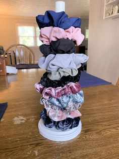 hair scrunchie organization DIY S - hairscrunchie Cute Diy Room Decor, Diy Bedroom Decor, Diy Home Decor, Decor Room, Hair Accessories Storage, Room Accessories, Paper Towel Holder, Easy Video, Diy Craft Projects