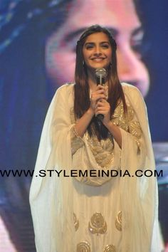 Sonam Kapoor in Anamika Khanna Design Indian Party Wear, Indian Wear, Indian Clothes, Indian Outfits, Anamika Khanna, Bridal Updo, Sonam Kapoor, Indian Bollywood, Bollywood Celebrities