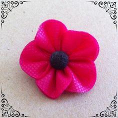 Je vous livre aujourd'hui un nouveau tuto couture, super simple, réalisable avec très peu de matériel. Cette petite fleur en tissu sera idéale pour personnaliser une barrette, un serre-tête mais aussi une petite pochette, une robe, etc… et ce...