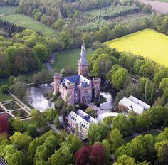 """Maravilhosos castelos-- Moyland Castle - Alemanha - é um castelo com fosso em North Rhine-Westphalia, Alemanha. Seu nome deriva da palavra Moiland que significa """"belo país""""."""