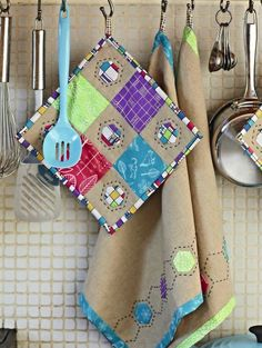 Image © Love Patchwork & Quilting Hexies kitchen set - pot holder and napkins / tea towels by Liz Betts @ Quilty Pleasures