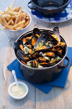 Zeeuwse mosselen, mussels, typical diner in the sea area in the Netherlands Shellfish Recipes, Seafood Recipes, Clam Recipes, Healthy Diners, Sushi, Macro Meals, Brunch, Dutch Recipes, Caribbean Recipes