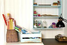 P� hobbyrommet har ruller med fargerike tekstiler og glanspapir f�tt plass i kurver og kasser. I en turkis hylle p� veggen har sytr�d, knappen�ler og glass fulle av knapper blitt pent organisert.