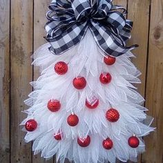 Mesh Christmas Tree Wreath Christmas Tree Crafts, Rustic Christmas, Christmas Tree Decorations, Christmas Items, Homemade Christmas, Christmas Ornament, Wreaths For Front Door, Door Wreaths, Ribbon Wreaths