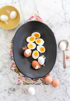 The easiest method and recipe for boiled eggs. With instructions for making hard-boiled OR soft-boiled eggs, runny to firm. Boiled Egg Diet, Soft Boiled Eggs, Healthy Eating Tips, Healthy Recipes, Healthy Breakfasts, Clean Eating, Gf Recipes, Healthy Habits, Healthy Meals
