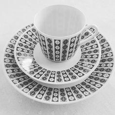 Regent kuvert - mønsteret heter Ruter. Designet av Tias Eckhoff. Maya, Tea Cups, Tableware, Glass, Crowns, Dinnerware, Drinkware, Tablewares, Corning Glass