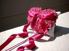Porta-alianças LOVE & ROSES pink com ponto de luz de STRASS.  Designer Sayuri Murakami. momoartesanatos@gmail.com momoartesanatosbrasil.blogspot.com loja.momoartesanatos.com.br   Rio de Janeiro - RJ - Brasil.