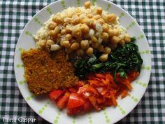 Arroz integral, grão de bico, quibe de abóbora com nozes, couve refogada e salada (tomate e cenoura).