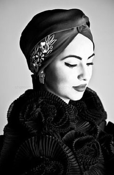 I love how this turban is reminiscent of the glamour of the and the Very classy. Attention to detail is impeccable Turban Mode, Turban Hut, Turban Hijab, 1940s Fashion, Vintage Fashion, Style Turban, Caroline Reboux, Hair Cover, Head Accessories