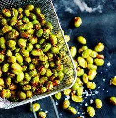 Sprøde edamamebønner er den ultimative snack, der ovenikøbet er supernem at lave – det tager ikke mere end 20 minutter, og så er de sprøde bønner færdige.