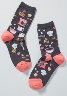 Sporting these grey socks for a day of culinary fun? Color us envious! These quirky crews are great for whipping up somethin' sweet with their coral pink. Silly Socks, Funky Socks, Cute Socks, Unique Socks, Foot Warmers, Grey Socks, Patterned Socks, Athletic Socks, Designer Socks