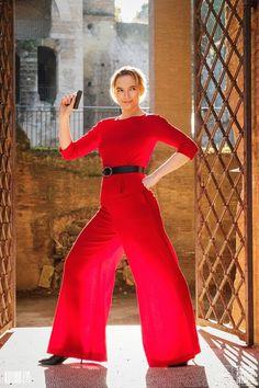 Looks Villanelle Killing Eve usando conjunto de alfaiataria vermelho. Villanelle's costumes for Killing Eve. Villanelle's red outfit Fashion Tv, Fashion 2020, Prada, Jodie Comer, Style Icons, What To Wear, Ideias Fashion, Celebrity Style, Classy