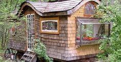 La casa gitana in mezzo al bosco costruita con materiali di recupero
