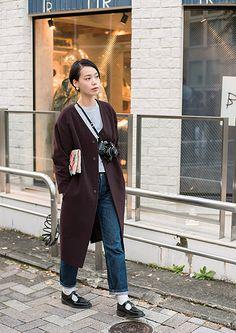 知的なカルチャー女子スタイルは アートなクラッチとカメラがポイント