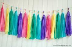Pastel rainbow crepe paper tassel garland: link to tutorial in post {Handcrafted Parties} | borlas o pompones de fleco hechos de papel china