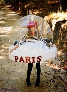 Lindy: My 7 year old Lindy: My 7 year old Addie decided she wanted to be a Paris Snowglobe. We built it for her out of a clear umbrella upholstery foam thin pvc pipe and a. Costume Halloween, Costume Carnaval, Christmas Costumes, Halloween Kids, Group Halloween, Halloween Christmas, Creative Costumes, Cute Costumes, Family Costumes