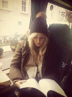 Ellie Goulding reading?, where is her reading man servant? oh right, silly me, she ISN'T a self obsessed diva, not our El's <3