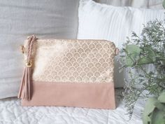 Pochette Diy, Bridesmaid Clutches, Embroidery Bags, Wedding Bag, Iphone Leather Case, Fabric Purses, Couture Sewing, Sewing Blogs, Textile Patterns