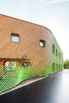 Fachada com revestimento de ripas de madeira  - Creche e Escola Primária em Saint-Denis / Paul Le Quernec - 3