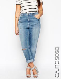 Jeans in Übergröße von ASOS CURVE Stretch-Denim schmeichelhafte, hohe Taille verdeckter Reißverschluss klassischer Fünf-Taschen-Stil geschlitzte Kniepartie legere Boyfriend-Passform Maschinenwäsche 98% Baumwolle, 2% Elastan Model trägt UK-Größe 18/EU-Größe 46/US-Größe 14 und ist 173 cm/5 Fuß 8 Zoll groß