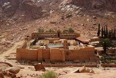 Mosteiro Ortodoxo de Santa Catarina, Egito. É uma homenagem à transfiguração de Jesus Cristo que se fica no sopé do monte Sinai. Até há bem pouco tempo foi o mosteiro cristão mais antigo em uso. Agora que está mais vulnerável e degradado, a UNESCO desaconselha o turismo nesta zona.