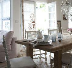 大きな木製のダイニングテーブルと白いチェアが味のあるフレンチスタイルを演出。