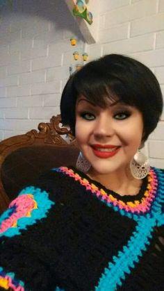 Poncho de colores maravillosos modelado por Karen de la provincia de Santiago de Chile