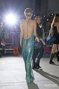 Miley Cyrus covers up for once in glittering green for fashion event. but can't resist a backless gown Most Beautiful Women, Beautiful People, Miley Cyrus Outfit, Backless Gown, Fashion Group, Red Carpet Looks, Red Carpet Fashion, Dress To Impress, Editorial Fashion
