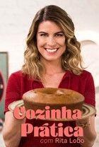 """Carolina Ferraz ensina a fazer pratos simples e rápidos que ela costuma preparar em sua casa. Muitas das receitas e dicas são """"segredos"""" de família ou foram aprendidas com amigos"""