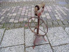 Eisen Spinnrad extrem selten!August Mayer Lübeck ist der Hersteller mit Fuß pedal Antrieb und fester Gelenkverbindung zum Rad alles geht noch zu treten. Zustand Rost aber schön als Deco! siehe Bilderan Selbstabholer zu verkaufen!