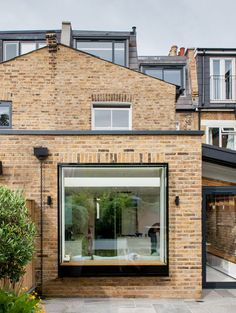 Studio 1 Architects' brick and glass extension to London house frames garden views, 106 Gladstone Road by Cat Ablitt, Studio 1 Architects Extension Veranda, Brick Extension, House Extension Design, Glass Extension, House Design, Extension Ideas, Roof Design, Terraced House, Modern Windows